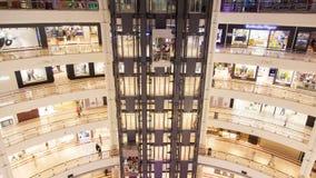 Corridoio multipiano del centro commerciale con il lasso di tempo commovente degli elevatori stock footage
