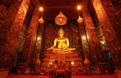 Corridoio principale in Wat Suthat Thepwararam, Tailandia Fotografie Stock
