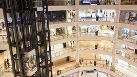Corridoio rotondo del centro commerciale con gli ascensori di vetro al rallentatore Pentola su stock footage