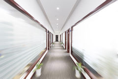 Corridoio sfocato dell'ufficio immagini stock libere da diritti