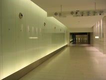 Corridoio sotterraneo con i segni e le pareti back-lighted immagini stock