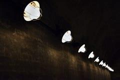 Corridoio sotterraneo spaventoso scuro con parecchie luci Immagini Stock