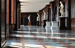 Corridoio in un castello con le statue Fotografia Stock