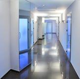 Corridoio in una costruzione dell'ospedale Immagini Stock