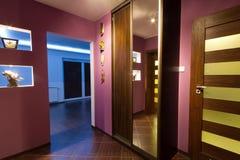 Corridoio viola con il guardaroba Fotografie Stock Libere da Diritti