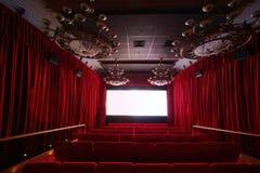 Corridoio vuoto del cinema con i grandi candelieri e sedili Immagine Stock
