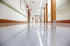 Corridoio vuoto dell'ospedale fotografia stock libera da diritti