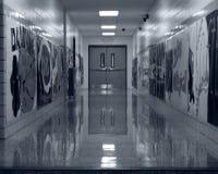 Corridoio vuoto della scuola in bianco e nero Fotografia Stock Libera da Diritti