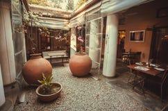 Corridoio vuoto di area dinning dentro il ristorante di lusso nel retro stile indiano Immagini Stock