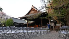 Corridoio vuoto di Cancert fuori al santuario Yasukuni al bloomimg della ciliegia della molla, Tokyo stock footage
