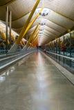 Corridoio vuoto nell'aeroporto di Madrid Barajas Fotografie Stock Libere da Diritti