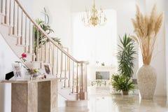 Corridoio vuoto nella casa lussuosa fotografia stock