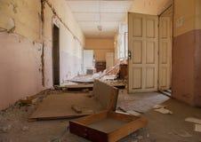 Corridoio vuoto sporco all'edificio scolastico abbandonato Fotografie Stock Libere da Diritti