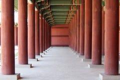Corridoor van traditionele Koreaanse architechture Royalty-vrije Stock Foto's