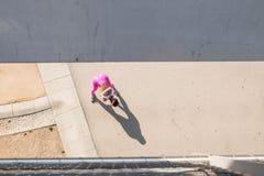 Corridore adatto della donna che allunga all'aperto Fotografie Stock