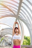 Corridore adatto della donna che allunga all'aperto Fotografia Stock Libera da Diritti