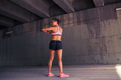 Corridore adatto della donna che allunga all'aperto Fotografie Stock Libere da Diritti