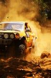 Corridore alla concorrenza della vettura da corsa del terreno Fotografie Stock Libere da Diritti