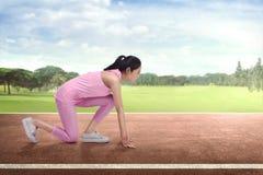 Corridore asiatico della donna dell'atleta nella posizione pronta pronta a funzionare Immagine Stock Libera da Diritti