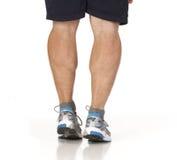 Corridore che allunga i muscoli del vitello dei piedini Fotografie Stock