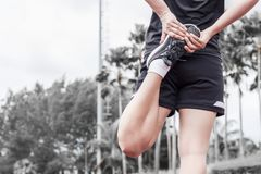 Corridore che allunga riscaldamento prima dell'esercizio, del concetto di attivit? e di sport fotografia stock libera da diritti