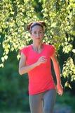 Corridore che esegue allenamento sano della donna di stile di vita di forma fisica all'aperto Immagine Stock Libera da Diritti