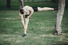 Corridore che fa allungando esercizio prima dell'allenamento Fotografia Stock Libera da Diritti