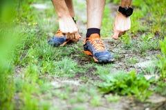 Corridore che lega la scarpa di sport Fotografia Stock Libera da Diritti