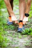 Corridore che lega la scarpa di sport Immagine Stock