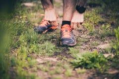 Corridore che lega la scarpa di sport sulla traccia Fotografia Stock Libera da Diritti