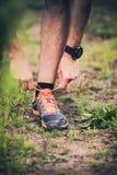 Corridore che lega la scarpa di sport sulla traccia Immagine Stock Libera da Diritti