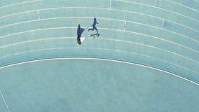 Corridore che pratica con il paracadute allegato sulla parte posteriore archivi video