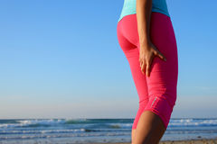 Corridore con lo spasmo doloroso del muscolo del tendine del ginocchio Fotografia Stock