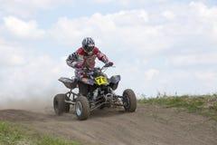 Corridore del motociclo sugli sport ATV durante il compet Immagine Stock