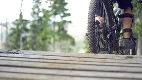 Corridore del mountain bike che guida fuori rampa stock footage