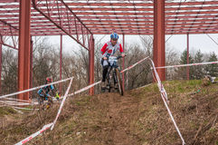 Corridore del mountain bike con fango Fotografia Stock Libera da Diritti