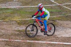 Corridore del mountain bike su fango Immagine Stock Libera da Diritti