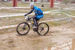 Corridore del mountain bike su fango Fotografia Stock Libera da Diritti