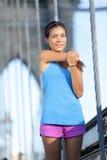 Corridore dell'atleta che allunga correre, ponte di Brooklyn Immagini Stock