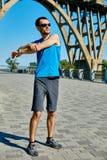 Corridore dell'uomo che si scalda prima del pareggiare Fotografia Stock Libera da Diritti