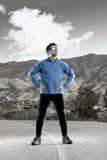 Corridore dell'uomo di sport che posa sul paesaggio asciutto del deserto nello stile di vita sano di forma fisica Fotografia Stock