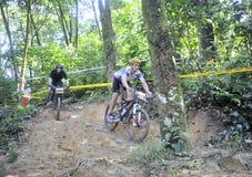 Corridore della bici di montagna degli uomini fotografia stock