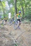 Corridore della bici di montagna delle donne Fotografia Stock