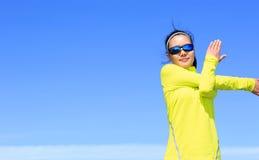 Corridore della donna che allunga armi prima dell'correre Fotografia Stock Libera da Diritti