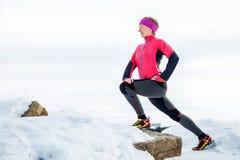 Corridore della donna che allunga le gambe prima del funzionamento Giovane risolvere della donna dell'atleta Fotografia Stock Libera da Diritti