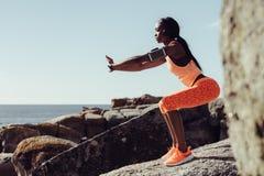 Corridore della donna che fa allungando gli esercizi Immagini Stock Libere da Diritti