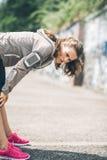 Corridore della donna che pende sopra l'allungamento fuori dopo un funzionamento Fotografia Stock Libera da Diritti