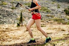 corridore della donna con i pali di trekking fotografia stock libera da diritti