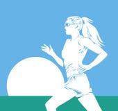 Corridore della donna contro il sole in cielo blu Immagini Stock