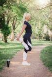 Corridore della donna di forma fisica che allunga le gambe Fotografie Stock
